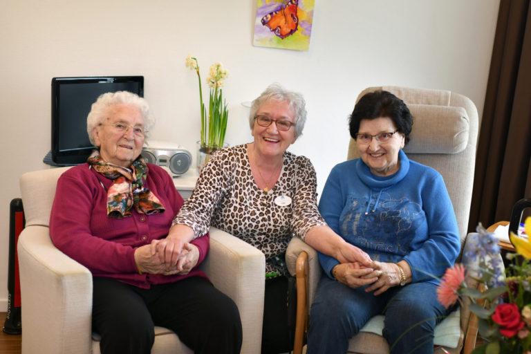 Lies Bocken met twee bewoners van Zorgcentrum Sint Joseph